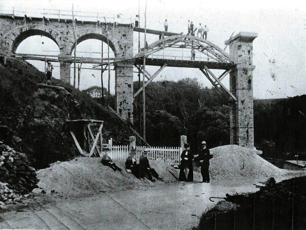 photo en noir et blanc de la construction du viaduc de Caroual