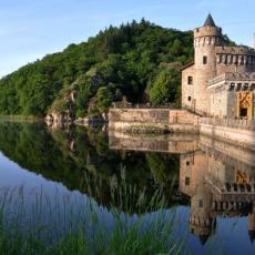 Le Château de la Roche, décor de carte postale entouré par les flots