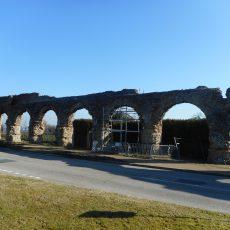 Les arches du remarquable aqueduc romain du Gier