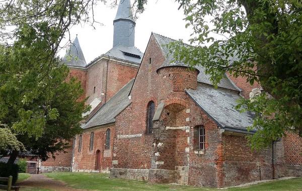 L'étonnante église fortifiée de Plomion
